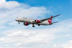 LONDON ENGLAND - AUGUSTI 22, 2016: Landning för G-VMAP Virgin Atlantic Airways Boeing 787-9 Dreamliner i den Heathrow flygplatsen Royaltyfria Foton