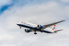 LONDON ENGLAND - AUGUSTI 22, 2016: Landning för G-ZBKB British Airways Boeing 787-9 Dreamliner i den Heathrow flygplatsen, London Royaltyfri Bild