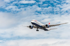 LONDON ENGLAND - AUGUSTI 22, 2016: Landning för G-ZBKB British Airways Boeing 787-9 Dreamliner i den Heathrow flygplatsen, London Arkivbild