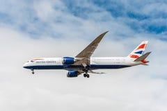 LONDON ENGLAND - AUGUSTI 22, 2016: Landning för G-ZBKB British Airways Boeing 787-9 Dreamliner i den Heathrow flygplatsen, London Arkivfoto