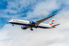 LONDON ENGLAND - AUGUSTI 22, 2016: Landning för G-ZBKB British Airways Boeing 787-9 Dreamliner i den Heathrow flygplatsen, London Arkivfoto