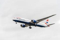 LONDON ENGLAND - AUGUSTI 22, 2016: Landning för G-ZBKH British Airways Boeing 787-9 Dreamliner i den Heathrow flygplatsen, London Royaltyfri Bild