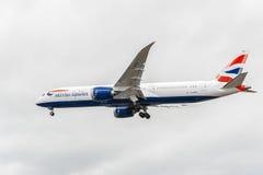 LONDON ENGLAND - AUGUSTI 22, 2016: Landning för G-ZBKH British Airways Boeing 787-9 Dreamliner i den Heathrow flygplatsen, London Royaltyfria Foton