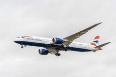 LONDON ENGLAND - AUGUSTI 22, 2016: Landning för G-ZBKH British Airways Boeing 787-9 Dreamliner i den Heathrow flygplatsen, London Arkivbilder