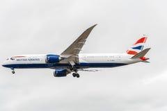 LONDON ENGLAND - AUGUSTI 22, 2016: Landning för G-ZBKH British Airways Boeing 787-9 Dreamliner i den Heathrow flygplatsen, London Royaltyfri Fotografi