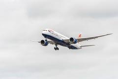 LONDON ENGLAND - AUGUSTI 22, 2016: Landning för G-ZBKH British Airways Boeing 787-9 Dreamliner i den Heathrow flygplatsen, London Fotografering för Bildbyråer