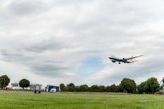 LONDON ENGLAND - AUGUSTI 22, 2016: Landning för G-ZBKK British Airways Boeing 787-9 Dreamliner i den Heathrow flygplatsen, London Royaltyfri Foto