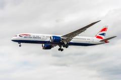 LONDON ENGLAND - AUGUSTI 22, 2016: Landning för G-ZBKK British Airways Boeing 787-9 Dreamliner i den Heathrow flygplatsen, London Arkivfoto