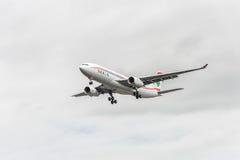 LONDON ENGLAND - AUGUSTI 22, 2016: Landning för OD-MEE MEA Airlines Airbus A330 i den Heathrow flygplatsen, London Royaltyfri Foto