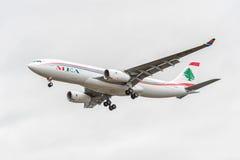 LONDON ENGLAND - AUGUSTI 22, 2016: Landning för OD-MEE MEA Airlines Airbus A330 i den Heathrow flygplatsen, London Arkivfoton