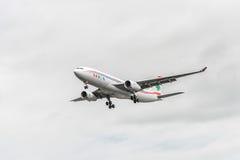 LONDON ENGLAND - AUGUSTI 22, 2016: Landning för OD-MEE MEA Airlines Airbus A330 i den Heathrow flygplatsen, London Arkivbilder
