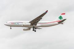 LONDON ENGLAND - AUGUSTI 22, 2016: Landning för OD-MEE MEA Airlines Airbus A330 i den Heathrow flygplatsen, London Royaltyfri Bild