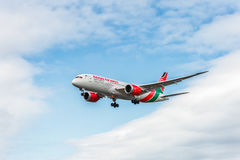 LONDON ENGLAND - AUGUSTI 22, 2016: Landning för 5Y-KZD Kenya Airways Boeing 787-8 Dreamliner i den Heathrow flygplatsen, London Arkivfoton