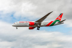 LONDON ENGLAND - AUGUSTI 22, 2016: Landning för 5Y-KZD Kenya Airways Boeing 787-8 Dreamliner i den Heathrow flygplatsen, London Arkivfoto