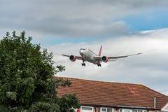 LONDON ENGLAND - AUGUSTI 22, 2016: Landning för 5Y-KZD Kenya Airways Boeing 787-8 Dreamliner i den Heathrow flygplatsen, London Arkivfoto