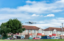 LONDON ENGLAND - AUGUSTI 22, 2016: Livré Boeing 747 som för G-CIVZ British Airways Oneworld landar i den Heathrow flygplatsen, Lo Arkivbilder