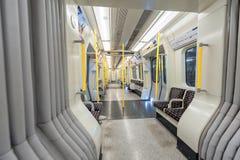LONDON ENGLAND - AUGUSTI 18, 2016: London underjordiskt drev Områdeslinje tomt Inga personer Royaltyfri Foto