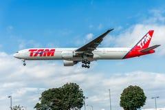LONDON ENGLAND - AUGUSTI 22, 2016: PT-MUC LATAM Brasilien TAM Linhas Aereas Boeing 777 som landar i den Heathrow flygplatsen, Lon Fotografering för Bildbyråer