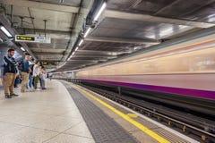 LONDON ENGLAND - AUGUSTI 18, 2016: Westminster underjordisk station i London, England Oskarpt drev på grund av lång exponering royaltyfria foton
