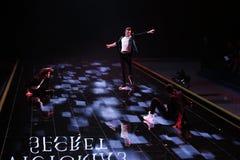 LONDON ENGLAND - DECEMBER 02: Dansare utför på den årliga Victoria's Secret modeshowen Arkivfoto