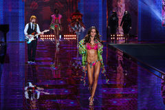 LONDON ENGLAND - DECEMBER 02: Ed Sheeran utför, som modellen Isabel Goulart går landningsbanan Royaltyfria Bilder