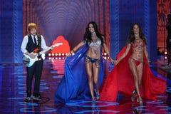 LONDON ENGLAND - DECEMBER 02: Ed Sheeran utför, som modeller går landningsbanan på den årliga Victoria's Secret modeshowen Royaltyfria Bilder