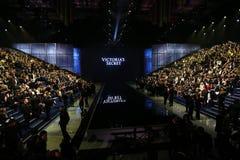 LONDON ENGLAND - DECEMBER 02: Gäster deltar i den Victoria's Secret modeshowen 2014 Arkivfoton