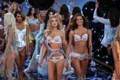 LONDON ENGLAND - DECEMBER 02: Modeller (L-R) Jourdan Dunn; Lily Donaldson; Barbara Fialho under 2014 VS modeshowfinal Royaltyfri Bild