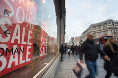 LONDON, ENGLAND – DECEMBER 30, 2014: Oxford street on sale sea Stock Photos