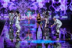 LONDON ENGLAND - DECEMBER 02: Sångaren Ariana Grande utför på den årliga Victoria's Secret modeshowen Fotografering för Bildbyråer