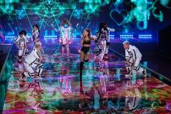 LONDON ENGLAND - DECEMBER 02: Sångaren Ariana Grande utför på den årliga Victoria's Secret modeshowen Arkivbild