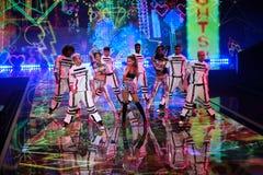 LONDON ENGLAND - DECEMBER 02: Sångaren Ariana Grande utför på den årliga Victoria's Secret modeshowen Royaltyfri Fotografi