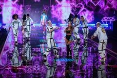 LONDON ENGLAND - DECEMBER 02: Sångaren Ariana Grande utför på den årliga Victoria's Secret modeshowen Royaltyfria Foton