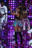 LONDON ENGLAND - DECEMBER 02: Sångaren Ariana Grande utför under den Victoria's Secret modeshowen 2014 Royaltyfri Bild