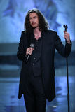 LONDON ENGLAND - DECEMBER 02: Sångaren Hozier utför under den Victoria's Secret modeshowen 2014 Royaltyfri Foto