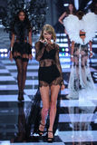 LONDON ENGLAND - DECEMBER 02: Sångaren Taylor Swift utför på landningsbanan under den Victoria's Secret modeshowen 2014 Royaltyfria Foton