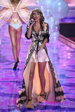 LONDON ENGLAND - DECEMBER 02: SångareTaylor Swift perfoms på landningsbanan under den Victoria's Secret modeshowen 2014 Royaltyfri Fotografi