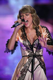 LONDON ENGLAND - DECEMBER 02: SångareTaylor Swift perfoms på landningsbanan under den Victoria's Secret modeshowen 2014 Arkivbilder