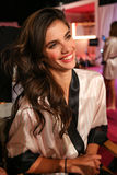 LONDON ENGLAND - DECEMBER 02: Sara Sampaio i kulisserna på den årliga Victoria's Secret modeshowen Fotografering för Bildbyråer