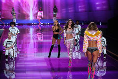 LONDON, ENGLAND - DECEMBER 02: Singer Ariana Grande performs as Model Taylor Hill walks the runway Royalty Free Stock Images