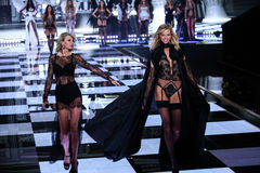 LONDON, ENGLAND - DECEMBER 02: Taylor Swift (L) performs as model Karlie Kloss walks the runway Royalty Free Stock Photos