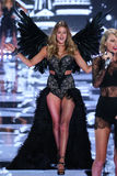 LONDON, ENGLAND - DECEMBER 02: Taylor Swift performs while model Doutzen Kroes (L) walks the runway Royalty Free Stock Images