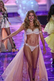 LONDON, ENGLAND - DECEMBER 02: Victoria's Secret model Doutzen Kroes walks the runway Stock Image