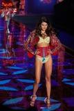 LONDON ENGLAND - DECEMBER 02: Victoria's Secret modellerar Isabeli Fontana går landningsbanan Royaltyfria Bilder