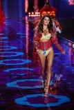 LONDON ENGLAND - DECEMBER 02: Victoria's Secret modellerar Isabeli Fontana går landningsbanan Arkivfoton