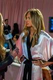 LONDON ENGLAND - DECEMBER 02: VS modellen Romee Strijd i kulisserna på den årliga Victoria's Secret modeshowen Royaltyfri Bild