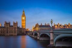 London, England - den härliga Big Ben och hus av parlamentet på soluppgång med klar blå himmel royaltyfria foton