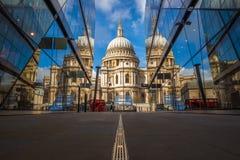 London England - den härliga domkyrkan för StPaul ` s reflekterade i glass fönster i morgonsolljuset Arkivfoton
