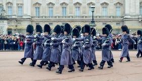 London/England - 02 07 2017: Den kungliga marinvakten ståtar innehavgevär som marscherar på Buckingham Palace, när han ändrar vak Royaltyfria Foton