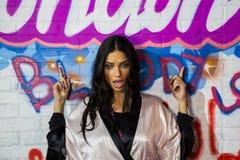 LONDON, ENGLAND - 2. DEZEMBER: Adriana Lima wirft Bühne hinter dem Vorhang an der jährlichen Victoria's Secret-Modeschau auf Lizenzfreie Stockfotos